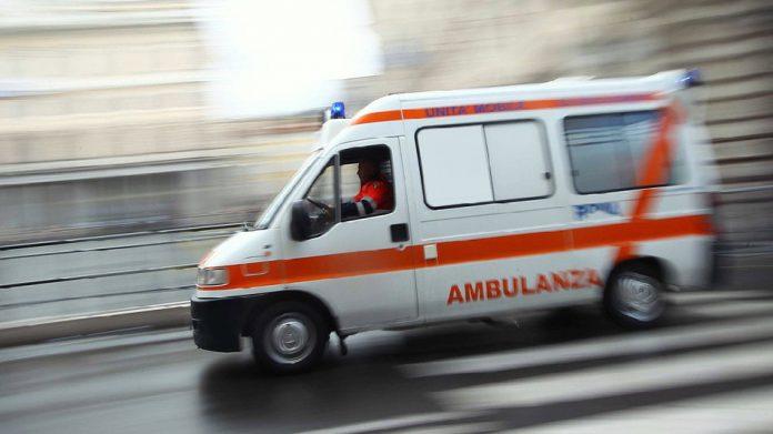 24enne non risponde alle chiamate, il medico del 118 entra in casa e lo trova morto