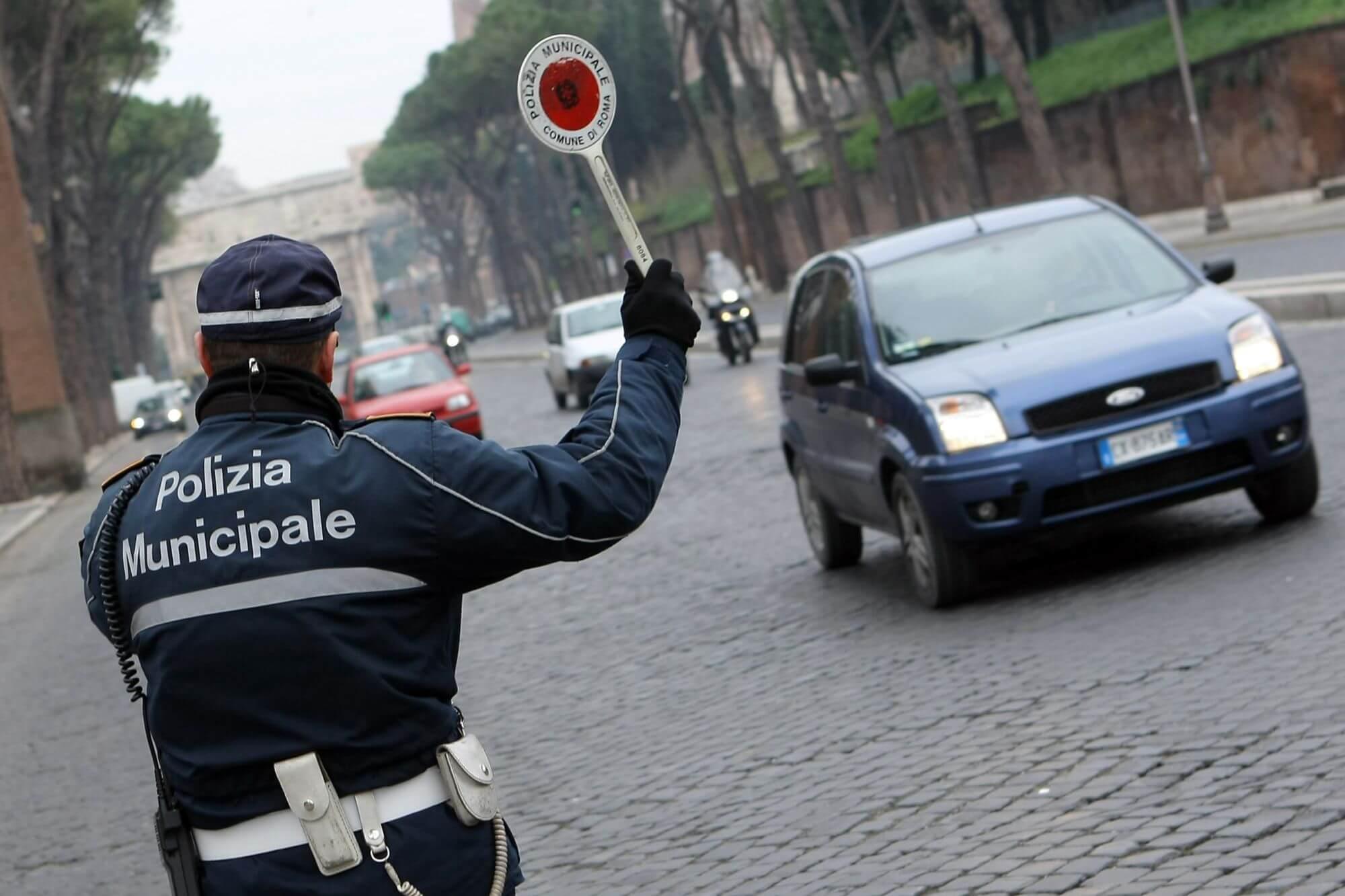 Perde olio da un fusto che stava trasportando, individuato e multato dalla Polizia Municipale