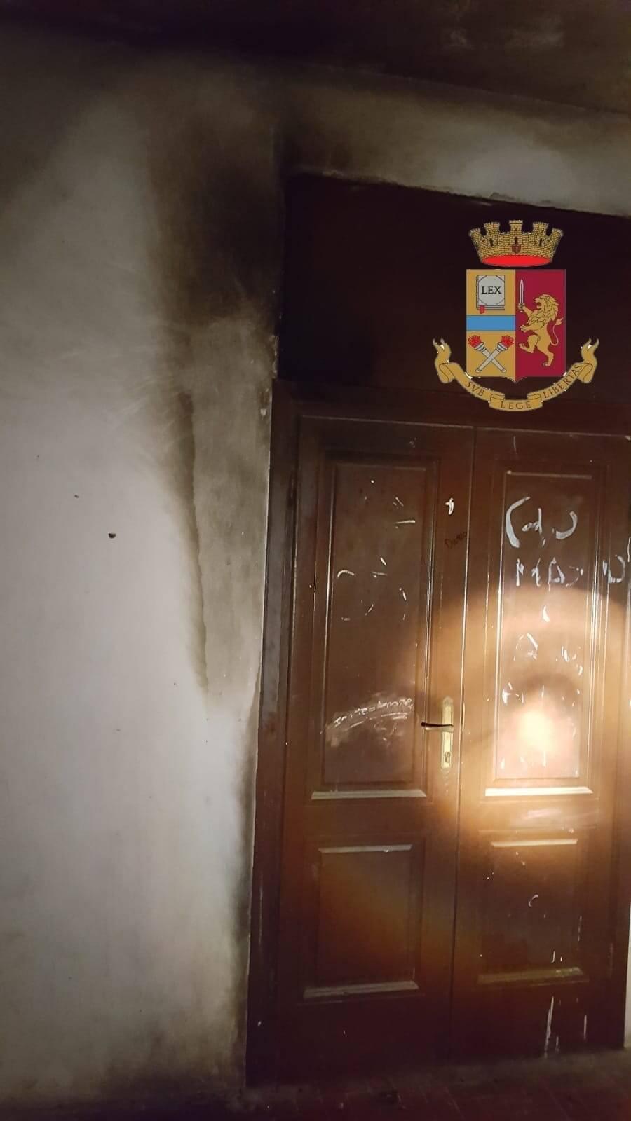 Molotov contro il portone della scuola: indaga la Digos
