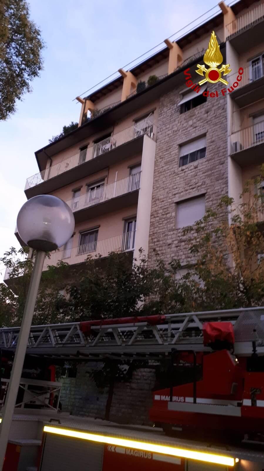 Incendio in un appartamento, 5 persone e un cane si rifugiano su un terrazzo: salvati dai pompieri