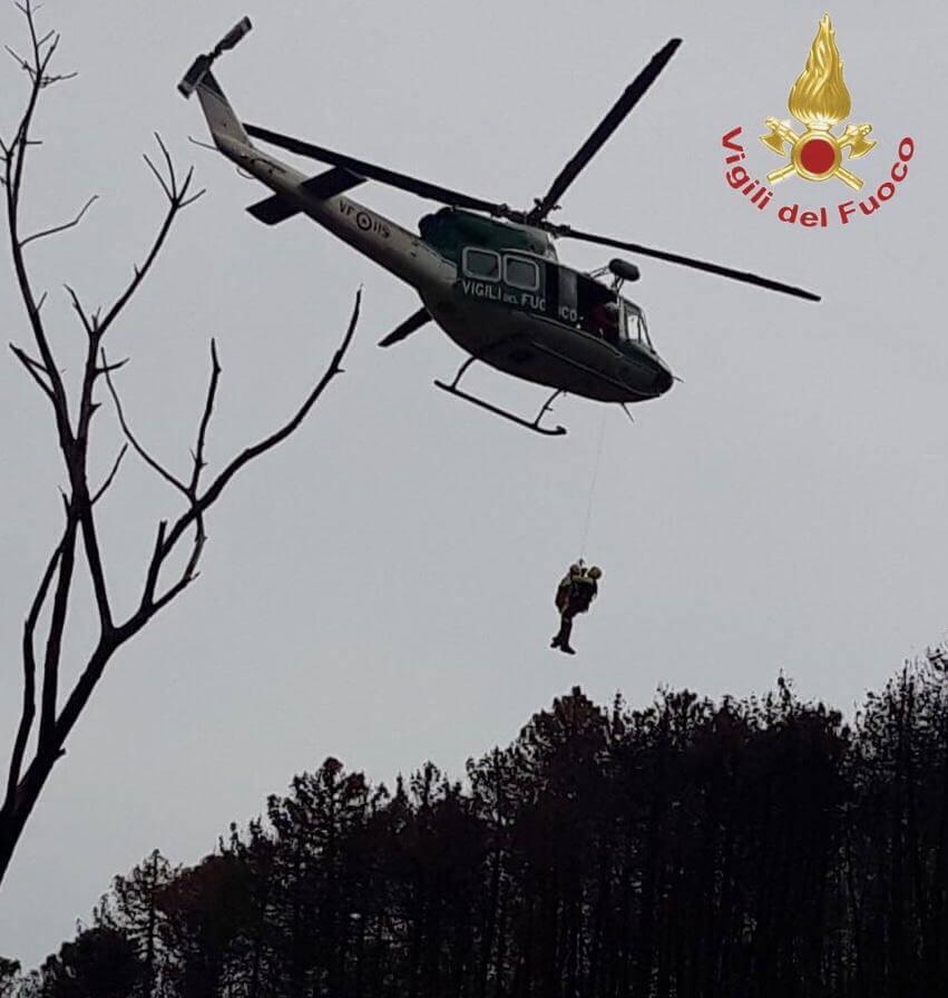 65enne si perde nel bosco, soccorso sui monti sopra Massa con l'elicottero dei Vigili del Fuoco di Genova