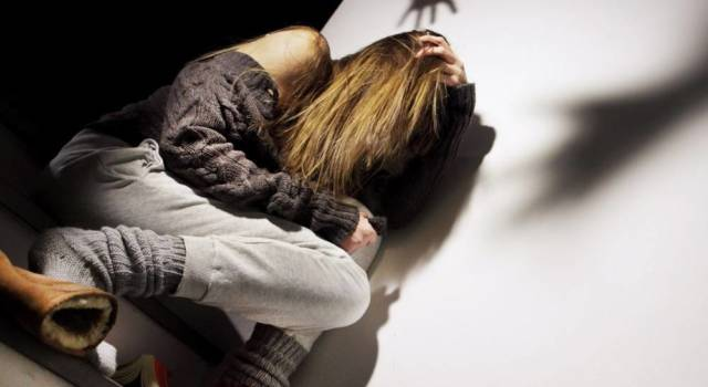Picchia la compagna incinta, arrestato 28enne