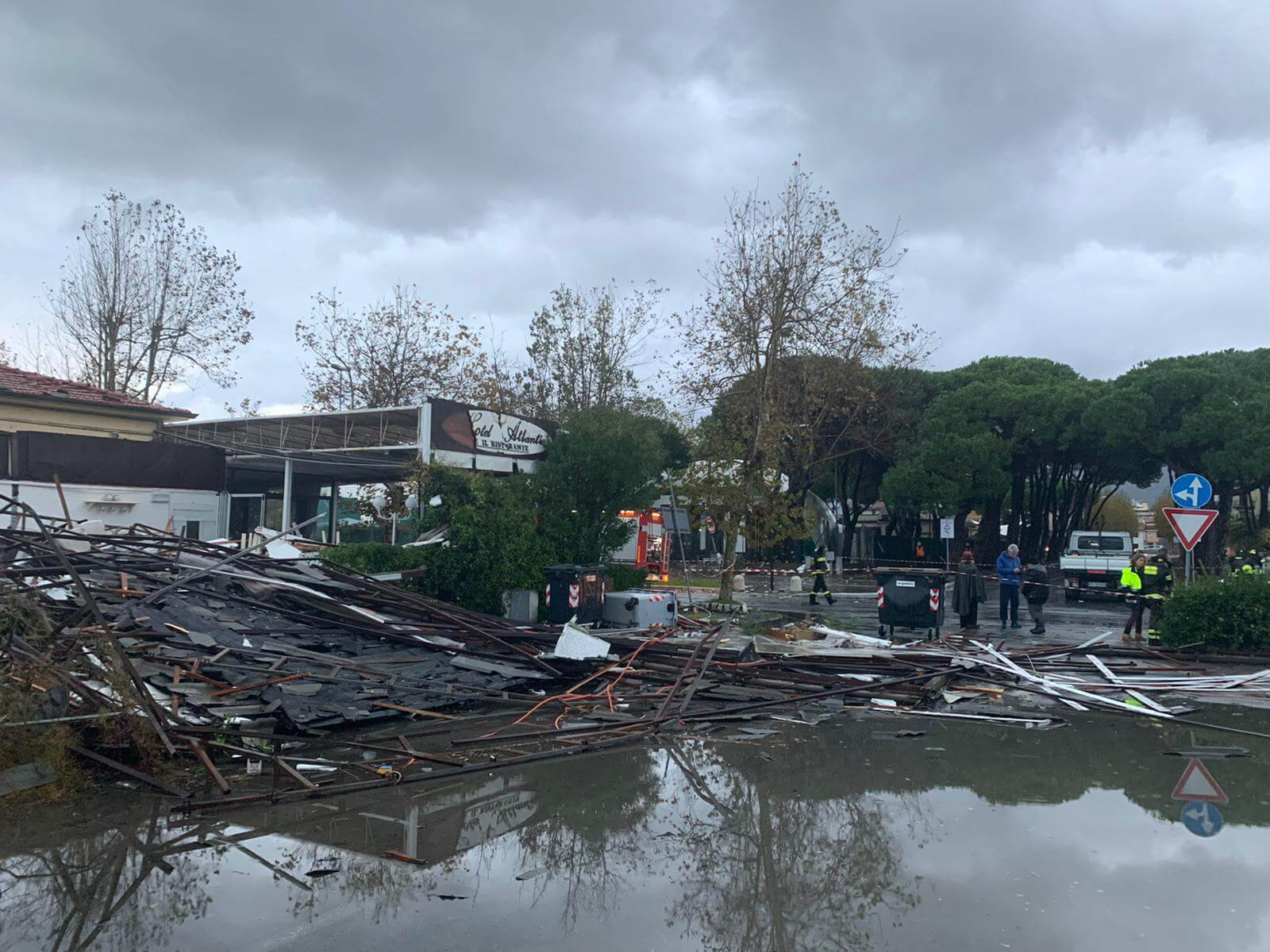 Tromba d'aria a Marina di Carrara, distrutto ristorante
