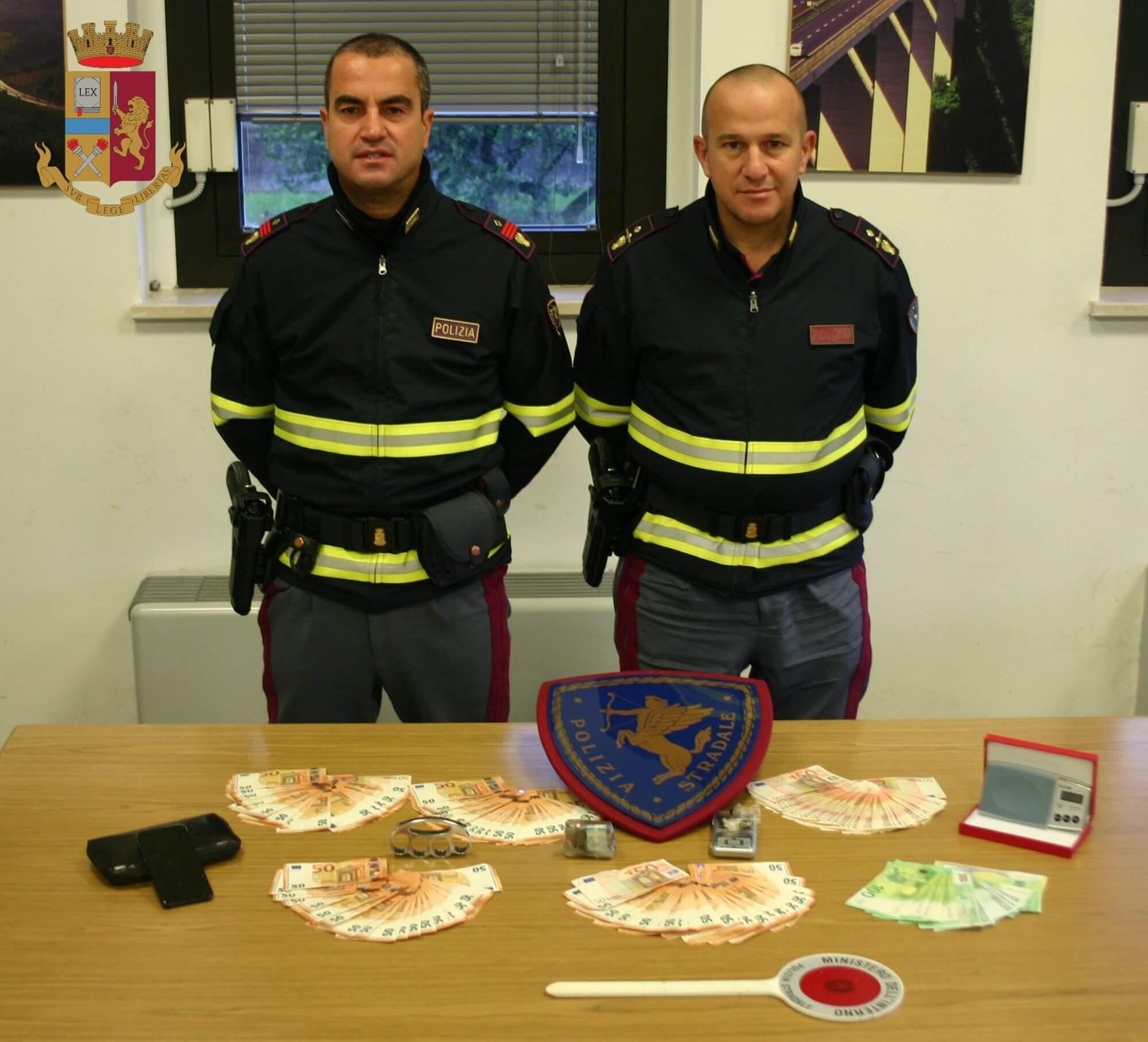 In A/15 con la droga e 15.000 euro: arrestato dalla Polstrada.