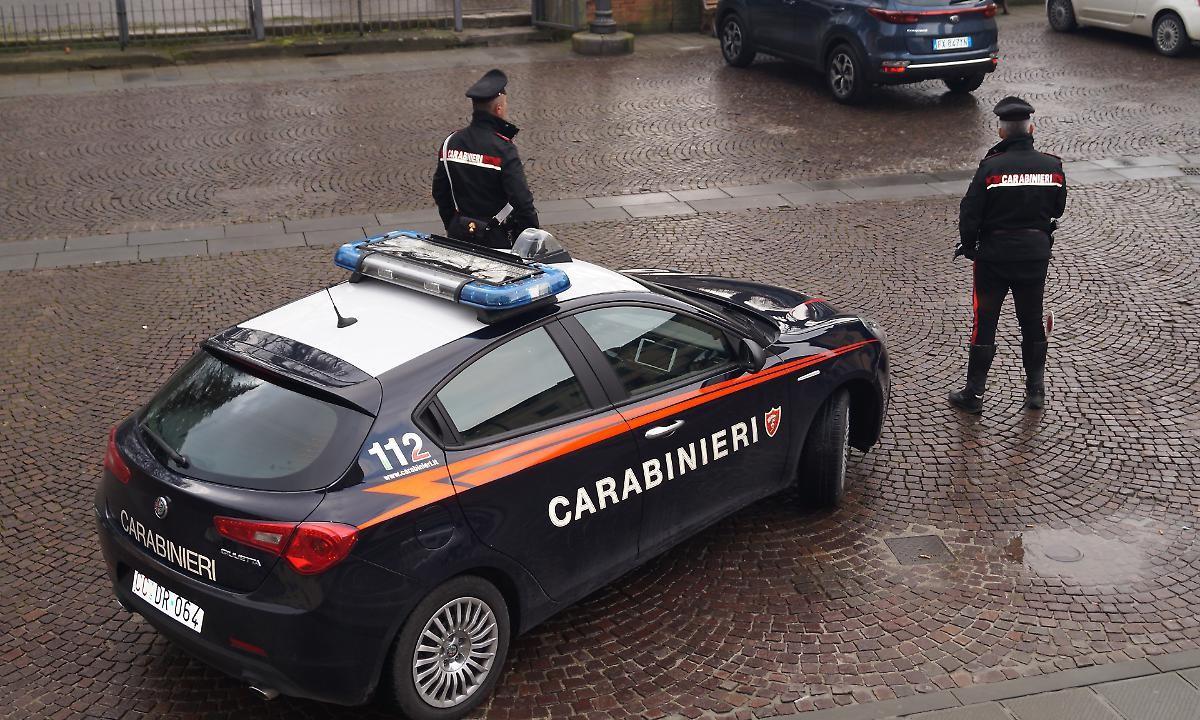 Minaccia e aggredisce i sanitari, poi prova a danneggiare a testate l'auto dei carabinieri. Arrestato
