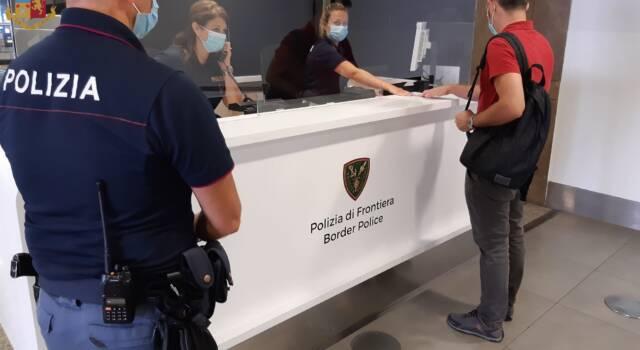 Controlli della polizia di frontiera in aeroporto, tre arresti