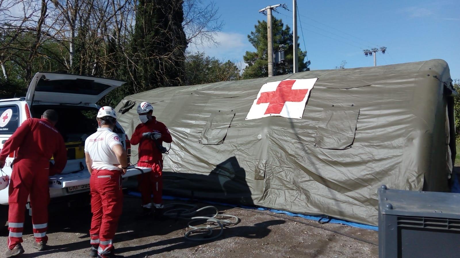 Vaccini sotto i tendoni della Croce Rossa Italiana