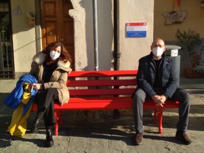 Nella piazza di Greve in Chianti una panchina dedicata a tutte le donne che hanno subito maltrattamenti e abusi.