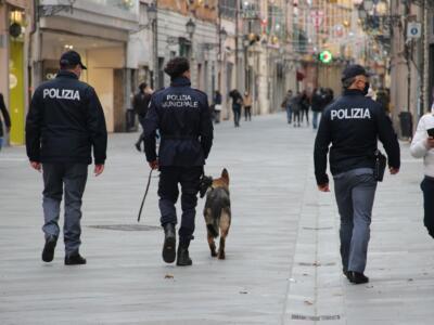 Blitz in via Cattaneo a Pisa, fermato un irregolare. Controlli a tappeto in zona stazione