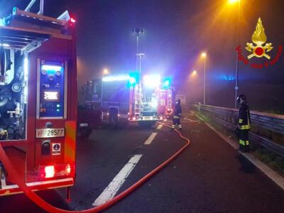 Incendio nella macchia mediterranea: evacuati 20 appartamenti