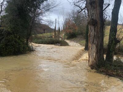 Un fiume di acqua e fango sulla provinciale