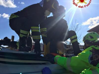 Scontro tra un'auto e un furgone, intervengono i vigili del fuoco