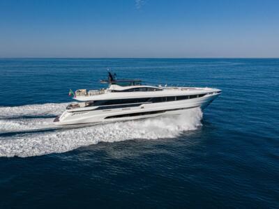 Overmarine Group annuncia la vendita di due yacht, le foto