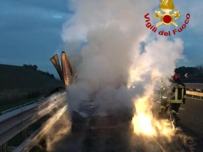 In fiamme un furgone sulla A1, traffico deviato
