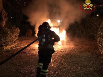 Prende fuoco un'auto parcheggiata, sul posto pompieri e carabinieri