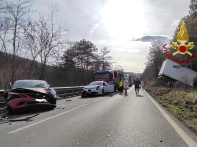 Brutto incidente con due auto e un furgone: quattro feriti