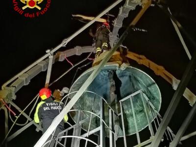Drone resta impigliato alla Torre del Mangia, al lavoro i vigili del fuoco