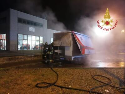 Incendio ad un camion alimentari nella notte