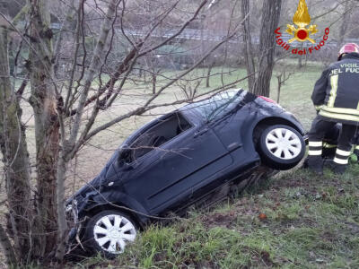 Con l'auto fuori strada, due feriti