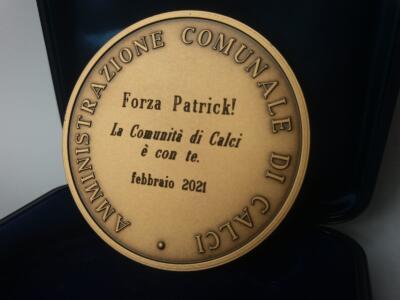 Patrick Zaki insignito della medaglia ufficiale del comune di Calci