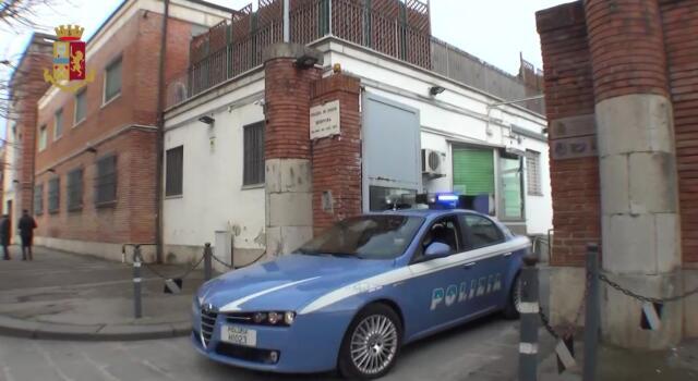 Calci e pugni in strada, interviene la polizia