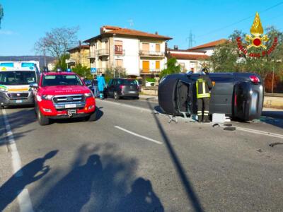 Incidente stradale, vigili del fuoco estraggano i conducenti incastrati, due feriti