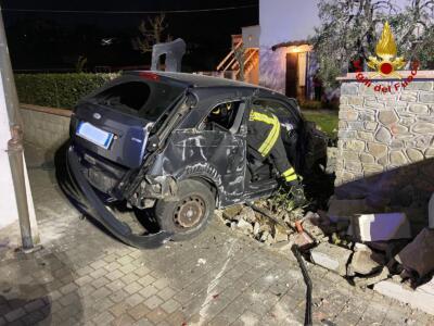 Incidente stradale, Conducenti tratti in salvo dai Vigili del Fuoco