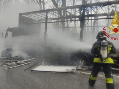 Incendio mezzo pesante domato dai Vigili del Fuoco, nessuna persona coinvolta