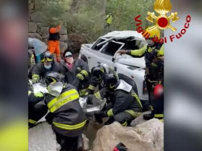 Incidente in minivan, sbanda e finisce nel dirupo con 6 persone all' interno