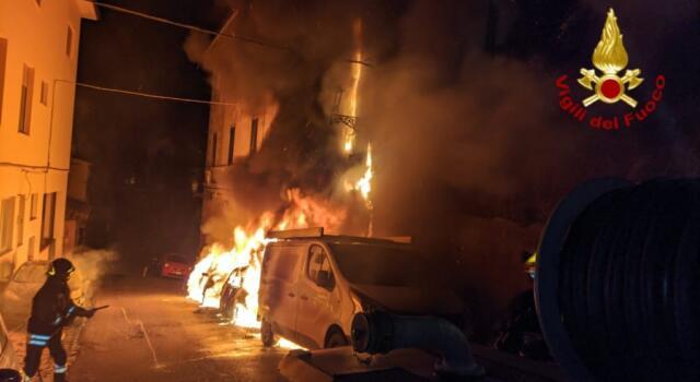 Incendio all'Elba, bruciano 4 automezzi