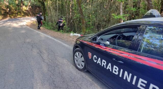 Va fuori strada per un malore, soccorso dai carabinieri