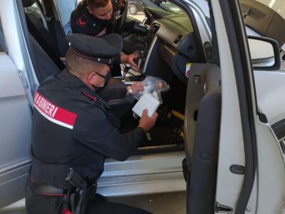 Viaggiavano con mezzo chilo di cocaina in auto, arrestati dai carabinieri