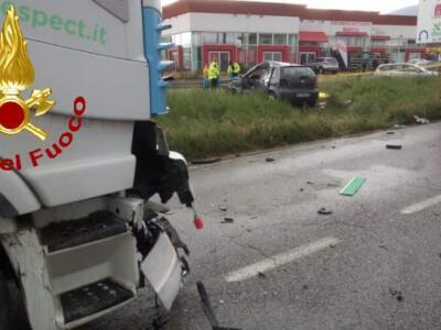Scontro tra auto e mezzo pesante: morta una donna