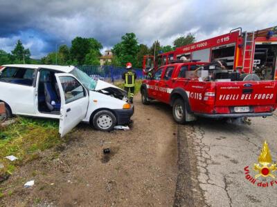 Incidente stradale tra furgone e auto, due i feriti