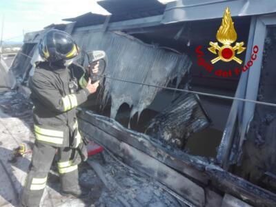 Pontedera: incendio danneggia capannone di prodotti alimentari