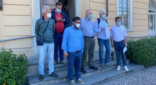 Si dimette maggioranza consiglieri: decade sindaco di Massarosa