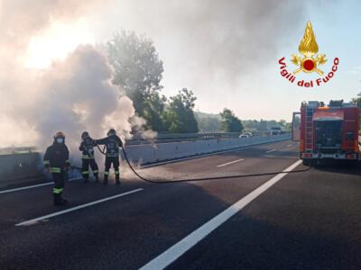Ruota di autoarticolato prende fuoco in autostrada
