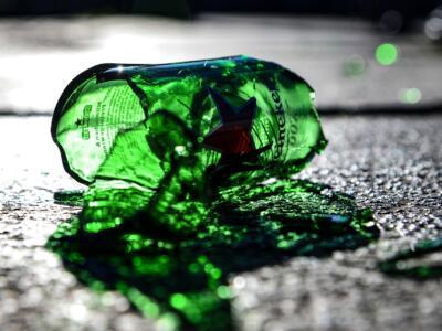 Arezzo, controlli anticovid: bottigliata in testa ad agente della municipale
