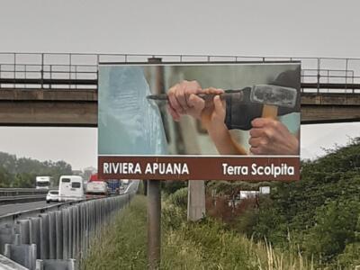 Installazione cartellone autostradale turistico sul marmo e la sua scultura