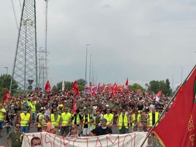 Gkn: sfilano in migliaia a Campi Bisenzio a difesa dei lavoratori licenziati