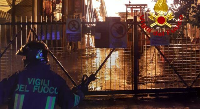 A Greve prende fuoco una falegnameria