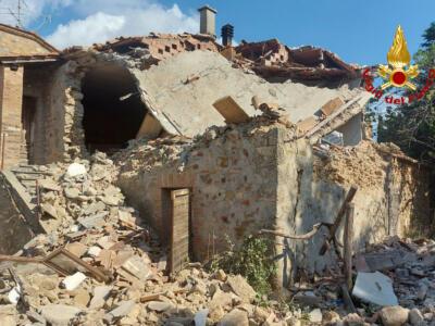 Esplosione a Castelnuovo Val di Cecina, crolla un fabbricato