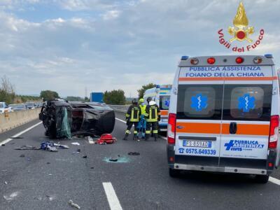 Incidente in autostrada A1, auto perde il controllo e si ribalta, 4 i feriti