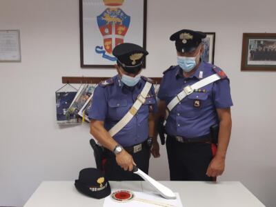 Brandisce un machete in piazza, intervengono i carabinieri