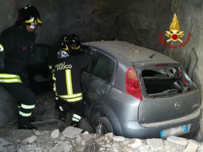 Incidente stradale a San Gimignano, perde il controllo e finisce dentro un fabbricato
