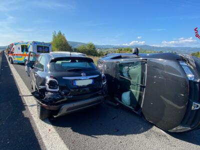 Coinvolte cinque auto in incidente stradale, diversi feriti