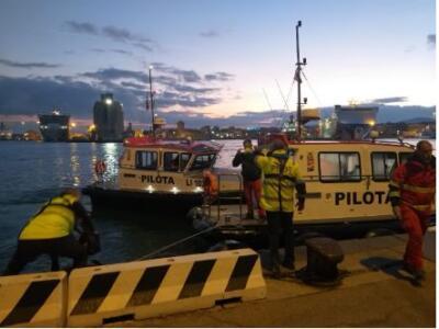 Uomo in stato confusionale ruba una pilotina nel porto di Livorno