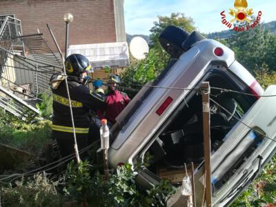 Auto in sosta precipita in una scarpata, nessuno era a bordo