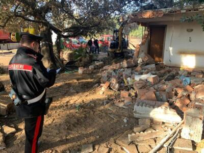 Si oppone alla demolizione minacciando i carabinieri con un ascia, arrestato imprenditore agricolo