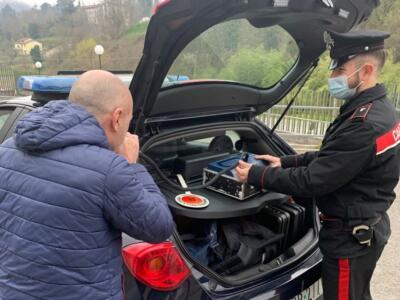 Guida in stato di ebrezza e senza patente, denunciato dai carabinieri